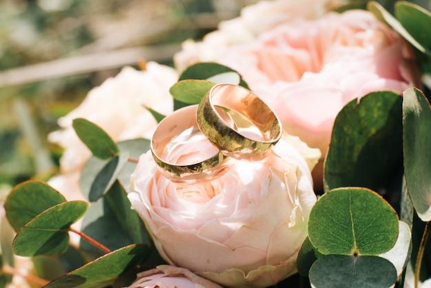Trouwringen in een boeket van de bruid