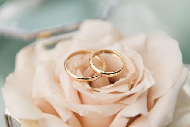 Trouwringen in een doos met bloemen, decor en details van de huwelijksceremonie