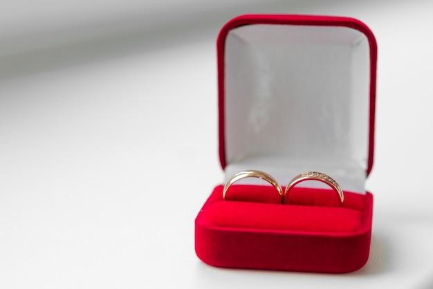Trouwringen in een rood fluwelen doosje