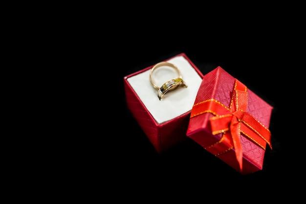 Trouwringen in geschenkdoos geïsoleerd op zwart