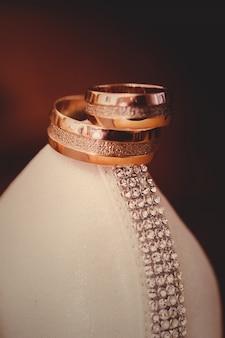 Trouwringen liggen op de schoen van de bruid