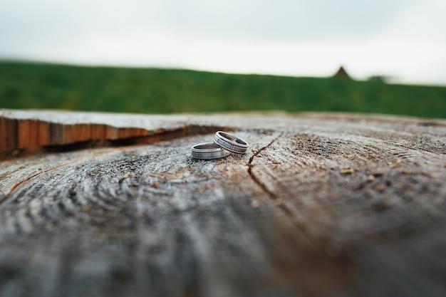 Trouwringen liggen op een houten blok