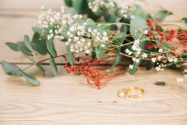 Trouwringen met boeket bloemen