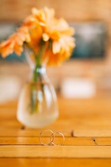 Trouwringen met gerbera bloemen op de rug