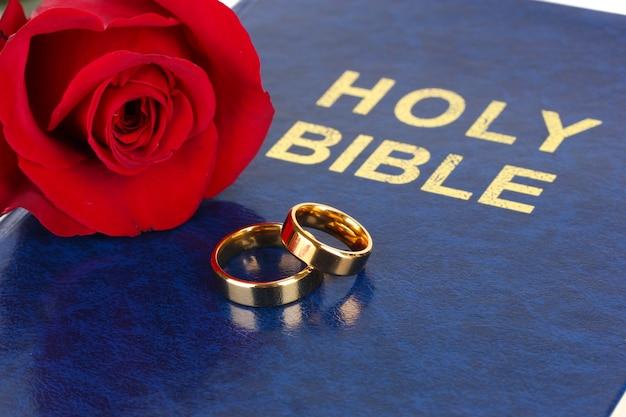 Trouwringen met roos op bijbel