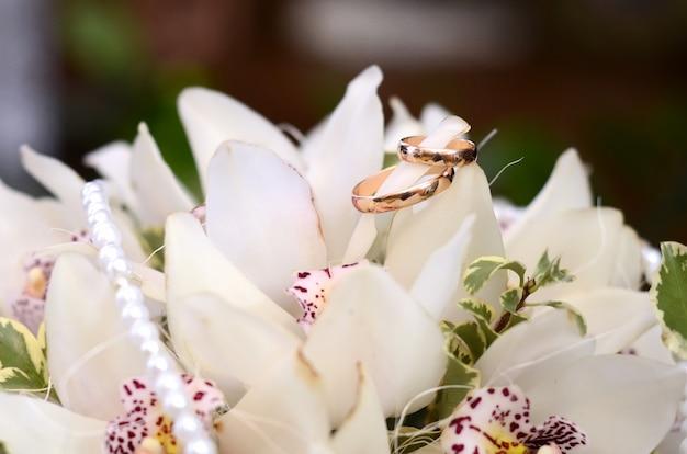 Trouwringen op het boeket van de bruid