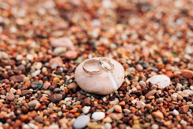 Trouwringen op het strand kiezels bruiloft sieraden zee bruiloft