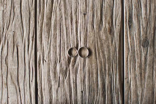 Trouwringen op hout