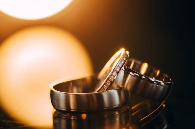 Trouwringen. sieraden in wit en geel goud. trouwring op het spiegelend oppervlak.