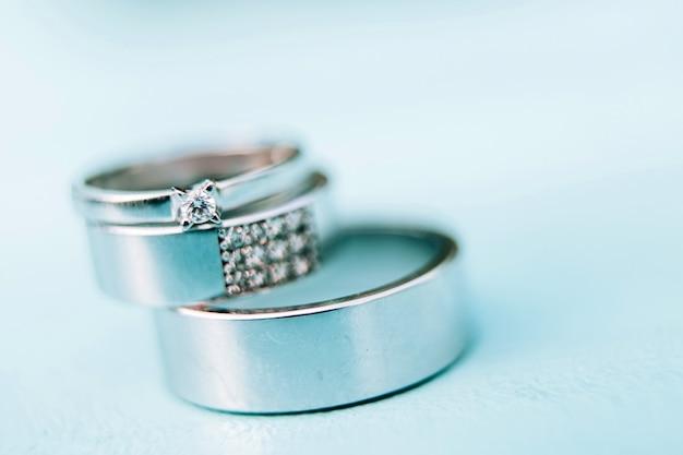 Trouwringen. sieraden wit en geel goud. trouwring op een wit