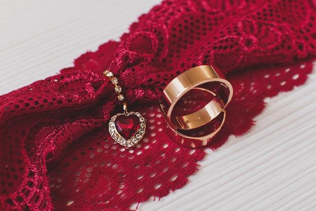 Trouwringen van de bruid en bruidegom.
