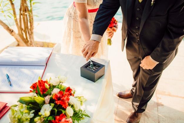 Trouwringen van de pasgetrouwden gouden verlovingsringen