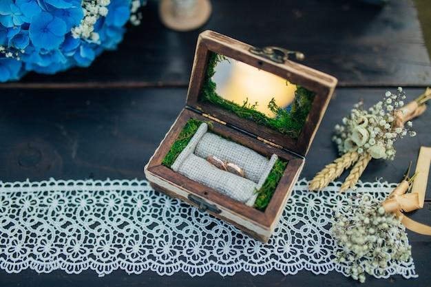 Trouwringen van de pasgetrouwden in een doos gouden verlovingsringen