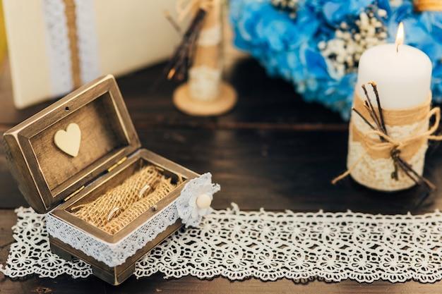 Trouwringen van het bruidspaar in een doosje gouden verlovingsringen