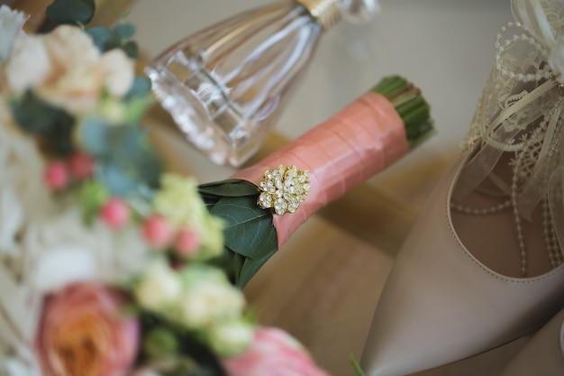 Trouwschoenen met boeket bloemen en parfum