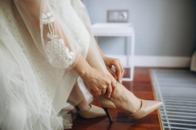 Trouwschoenen op een bruid op haar trouwdag
