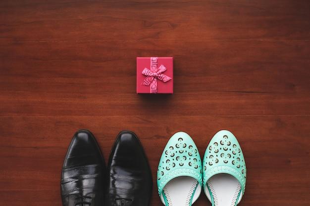 Trouwschoenen van de bruid en bruidegom. tafel. vloeren.