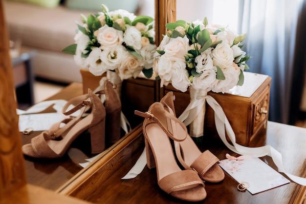 Trouwschoenen van de bruid, mooie mode