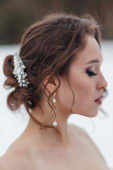 Trouwsieraden op het hoofd van de bruid