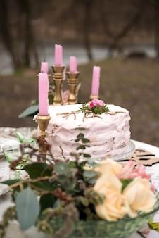 Trouwtafel met kaarsen en cake close-up