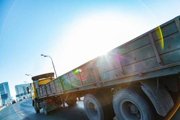 Truck op weg bij zonsopgang