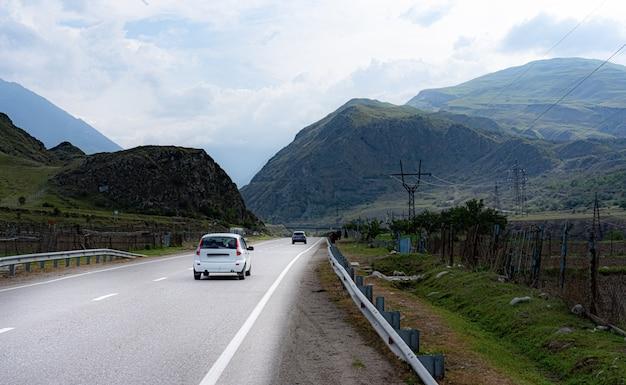 Truck rijdt op een weg in de bergen