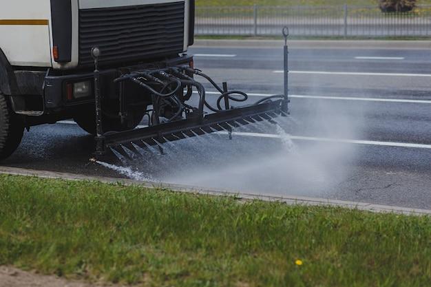 Truck ruimt de stad op van stof en vuil