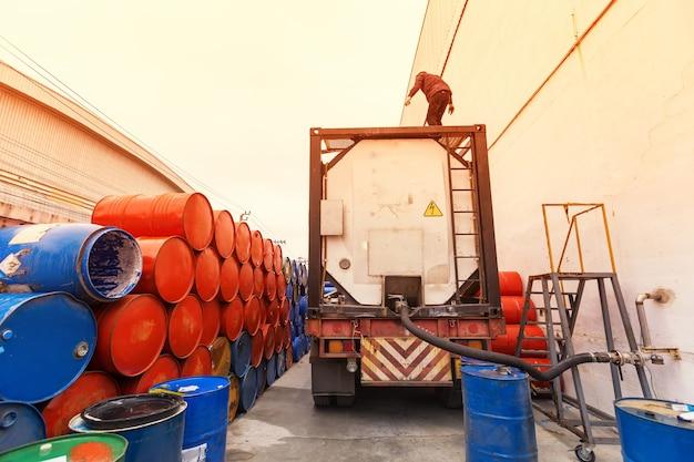 Truck slangen voor tankstation, pompen en olievaten