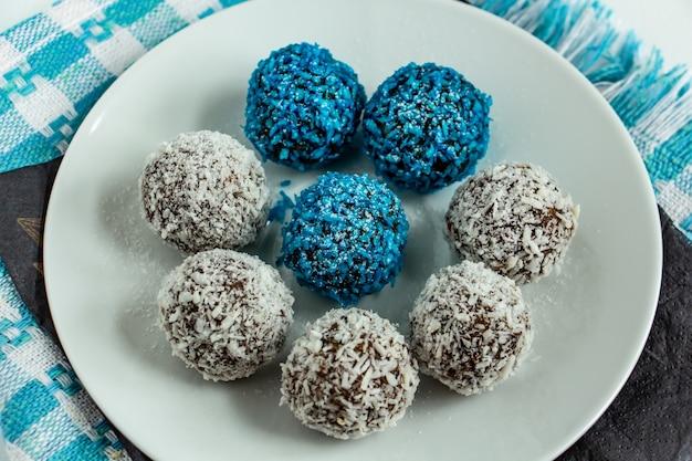 Truffels met cacao kokos en sesamzaadjes heerlijk toetje