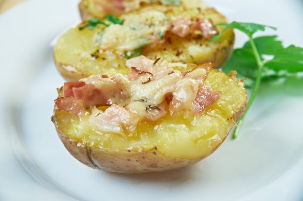 Trylle kartofler deense stijl gebakken aardappelen met kaas en spek
