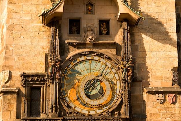Tsjechië, praag. het oude stadsplein. de oude astronomische klok op het oude stadhuis. bewegende cijfers per uur