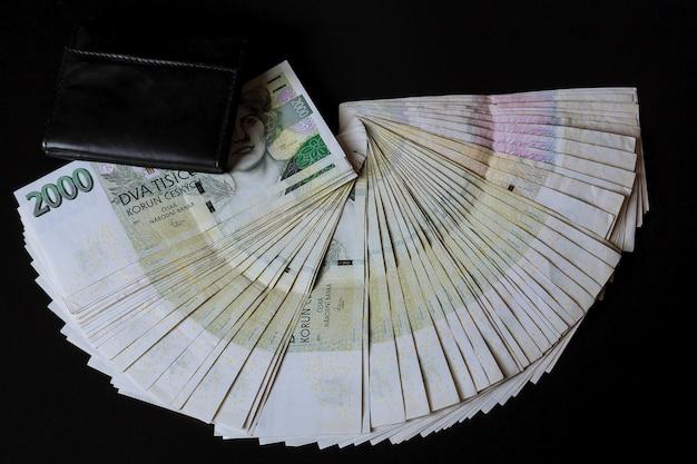 Tsjechische geld in een zwarte portemonnee op een zwarte achtergrond tsjechische kronen bankbiljetten