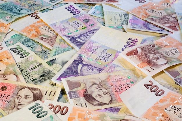 Tsjechische kronen van verschillende denominaties verspreiden zich chaotisch