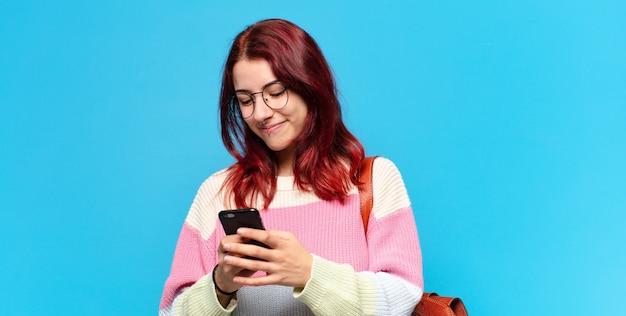 Tty student vrouw met behulp van haar telefoon