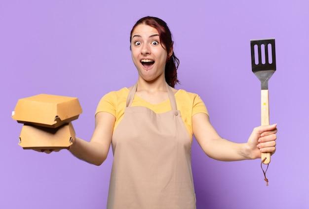 Tty vrouw met een schort. afhaal hamburger bezorg concept