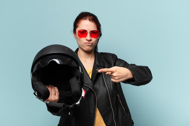 Tty vrouw motorrijder met een veiligheidshelm