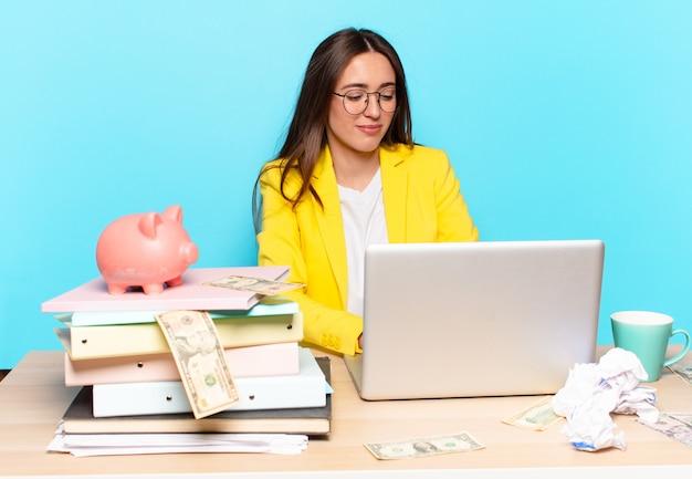 Tty zakenvrouw zittend op haar bureau werken met een laptop Premium Foto