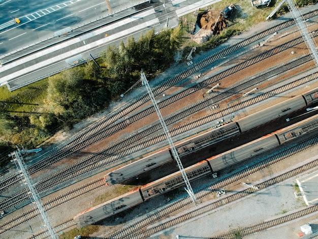 Tube trein depot. luchtfoto drone, dieselmotor trein. bovenaanzicht