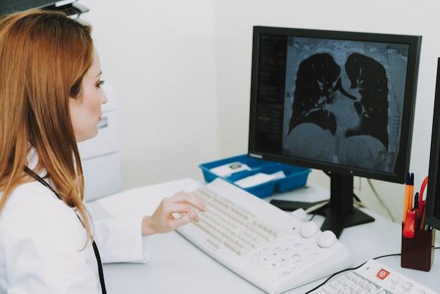 Tuberculose op ct vrouwelijke arts die scan onderzoekt.