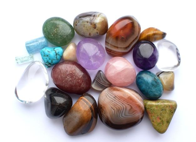 Tuimelde edelstenen in verschillende kleuren. amethist, rozenkwarts, agaat, apatiet, aventurijn, olivijn, turkoois, aquamarijn, bergkristal.