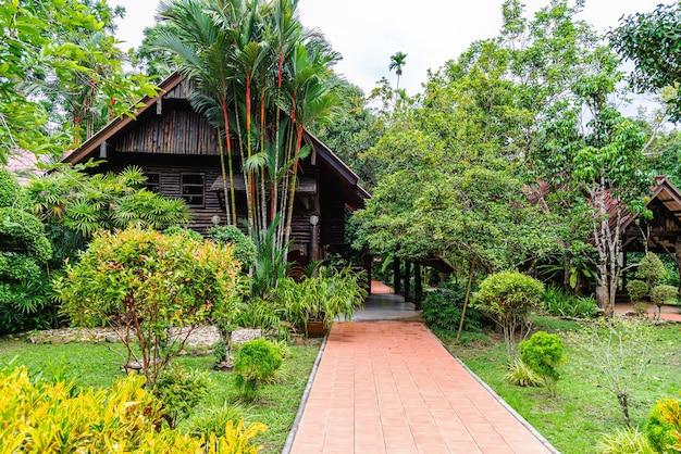 Tuin park weide met houten huis en hemelachtergrond