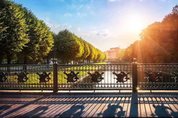 Tuinbrug over de moika-rivier in st. petersburg en zijn schaduw in de vroege herfstochtend