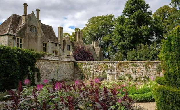 Tuinen van het herenhuis van avebury in dovecote in avebury, engeland, verenigd koninkrijk.