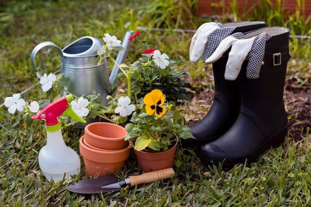 Tuingereedschap en bloemen op grond