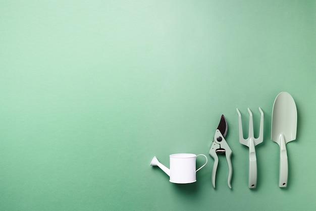 Tuingereedschap en gebruiksvoorwerpen. pruner, hark, schop, gieter voor tuinmanteinantie.