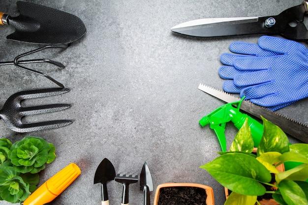 Tuingereedschap meervoudig instrument voor uw tuin en bloem met banner voor uw ontwerp. bovenaanzicht ruimte voor landbouwgereedschap hooby om thuis te blijven.