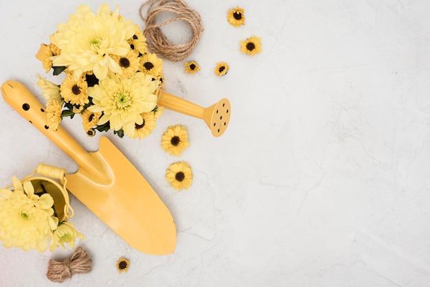 Tuingereedschap met bloemen en touw
