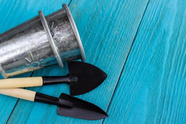 Tuingereedschap op blauwe houten vloer