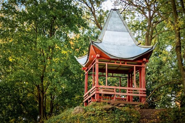 Tuinhuis in chinese stijl in het park in de zomer