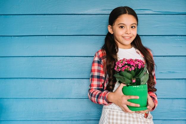 Tuinieren concept met meisje en plant